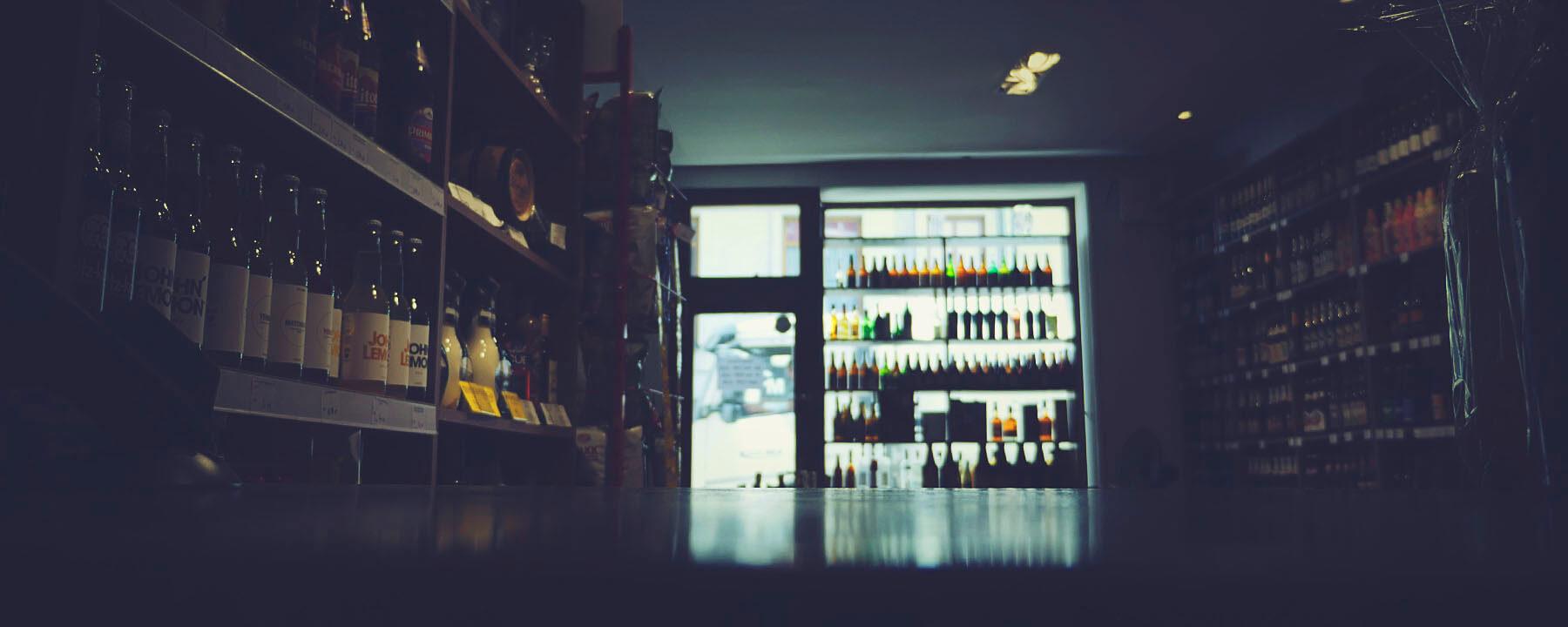 Zdjęcia wnętrza galerii z alkoholami